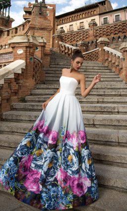 Открытое вечернее платье с юбкой из цветного атласа и кружевом по портретному декольте.