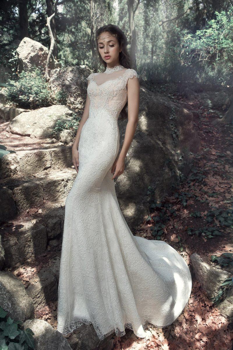Кружевное свадебное платье облегающего кроя с высоким воротником.
