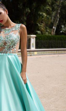 Лазурное вечернее платье с роскошной юбкой из атласа и полупрозрачным верхом с аппликациями.