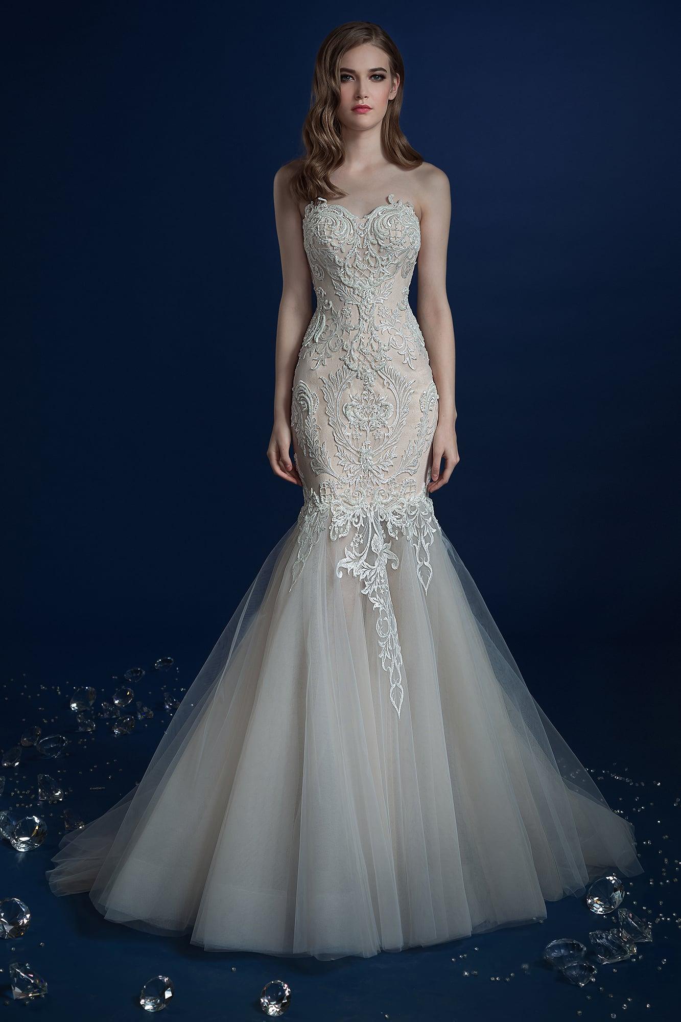 7d0da726366 ▷▷Бежевое свадебное платье облегающего кроя с декором из кружева и пышным  низом подола.