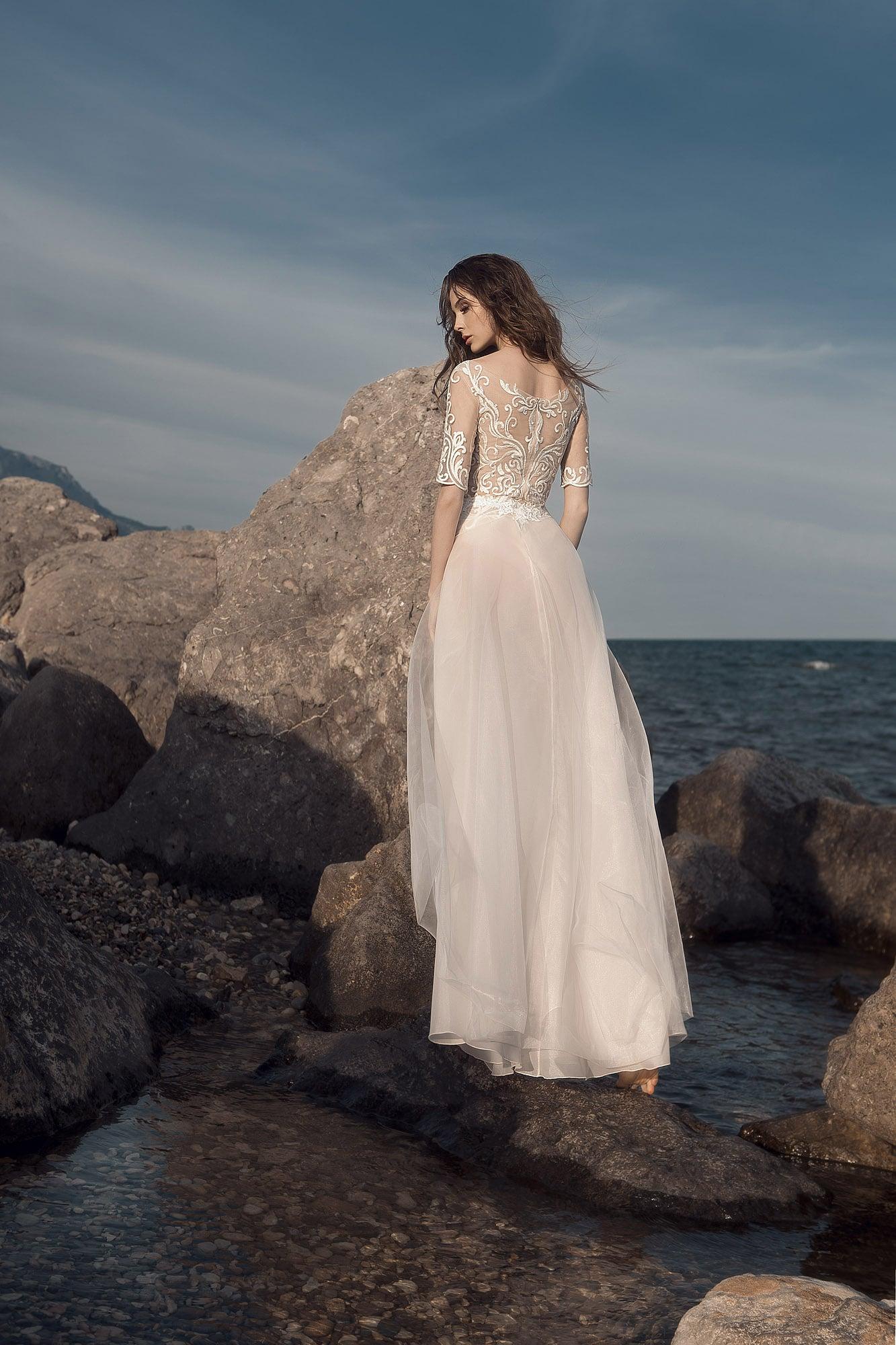 Бежевое свадебное платье прямого силуэта с кружевным узором по верху.