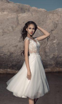 Короткое свадебное платье с нежным кружевным лифом.