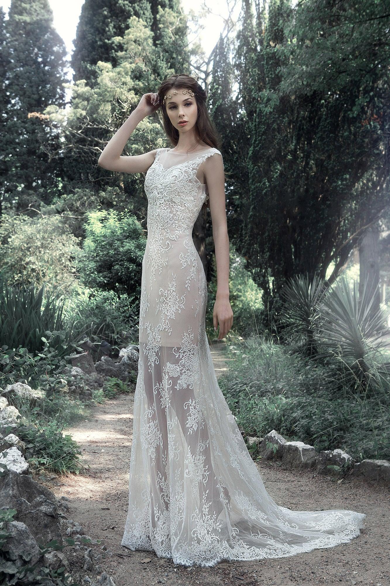 Прямое свадебное платье с короткой нижней юбкой и длинной прозрачной верхней.