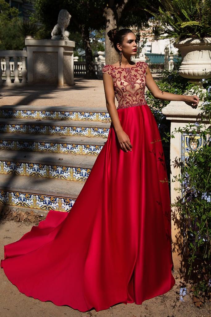 Алое вечернее платье с длинным шлейфом и тонким закрытым верхом с вышивкой.