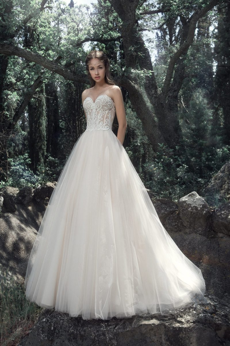 Свадебное платье цвета слоновой кости с открытым корсетом.