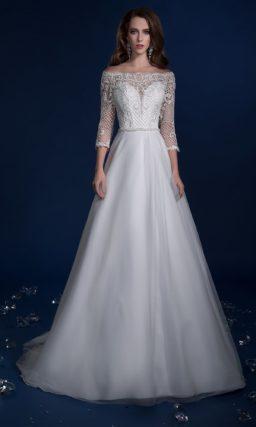 Эффектное свадебное платье с необычной вышивкой по лифу и длинным рукавом.
