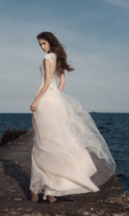 Соблазнительное бежевое свадебное платье длиной до середины бедра.