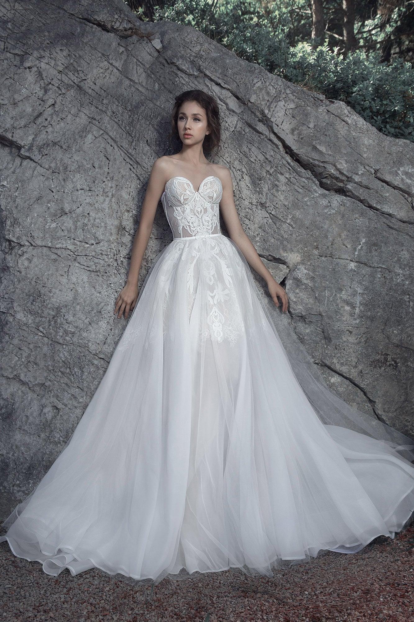 Очаровательное свадебное платье с полупрозрачной пышной юбкой.