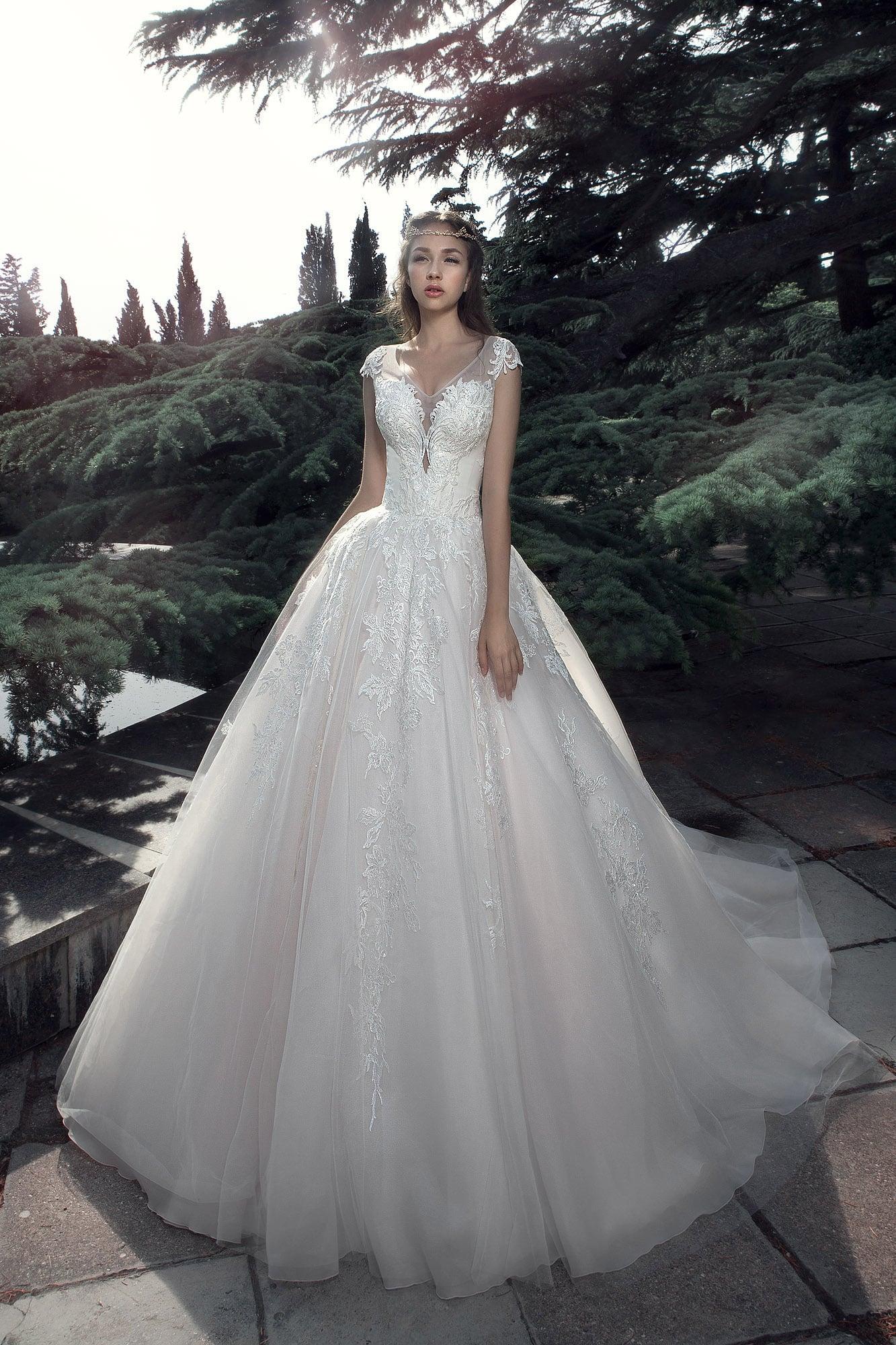 Кружевное свадебное платье с роскошной многослойной юбкой.