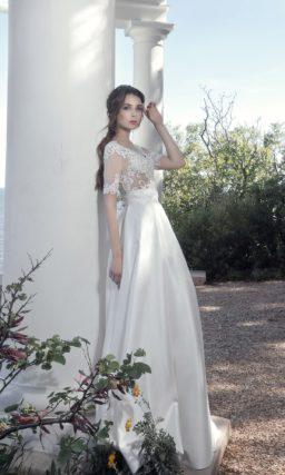 Атласное свадебное платье с кружевным верхом с коротким рукавом.