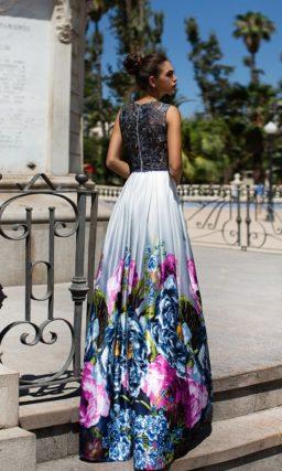 Атласное вечернее платье с глубоким вырезом и крупными разноцветными бутонами на подоле.