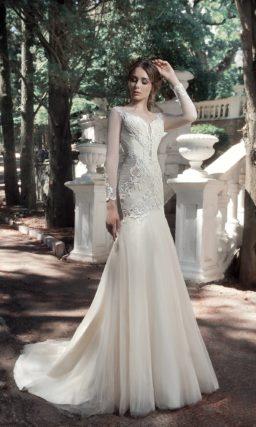 Свадебное платье с фактурным корсетом и заниженной талией.