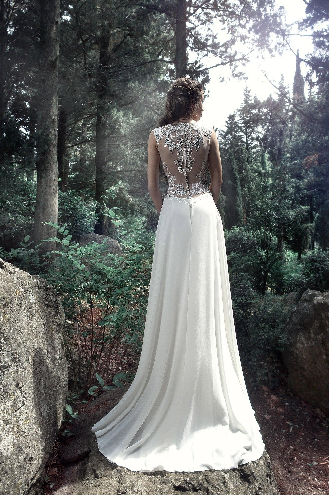 Прямое свадебное платье с кружевным корсетом бежевого цвета.