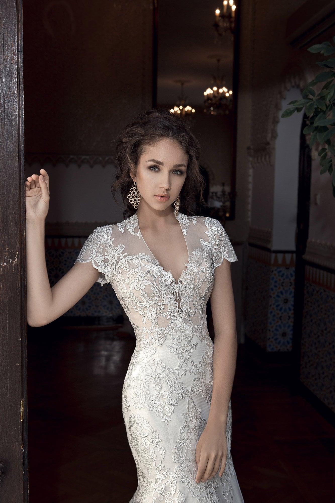 Кружевное свадебное платье «принцесса» с V-образным вырезом.