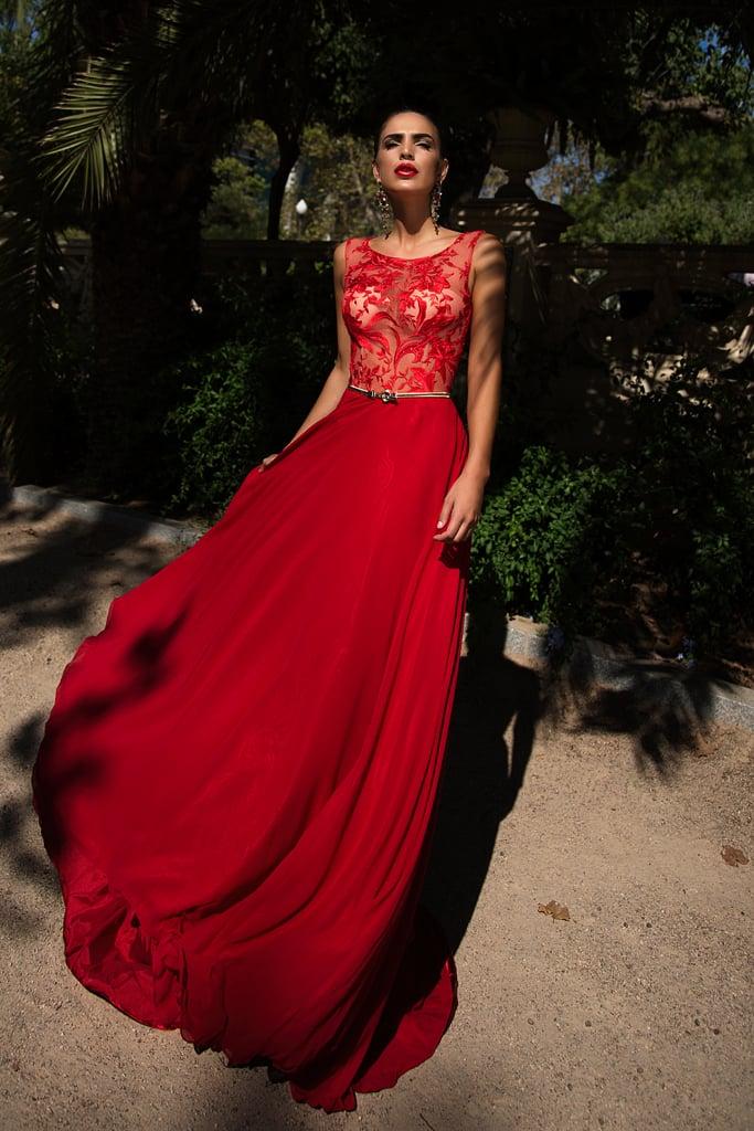 Прямое вечернее платье красного цвета с полупрозрачным верхом и глянцевой юбкой.