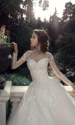 Потрясающее свадебное платье пышного кроя с кружевным верхом.