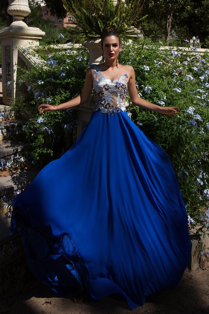 Платье с синей юбкой