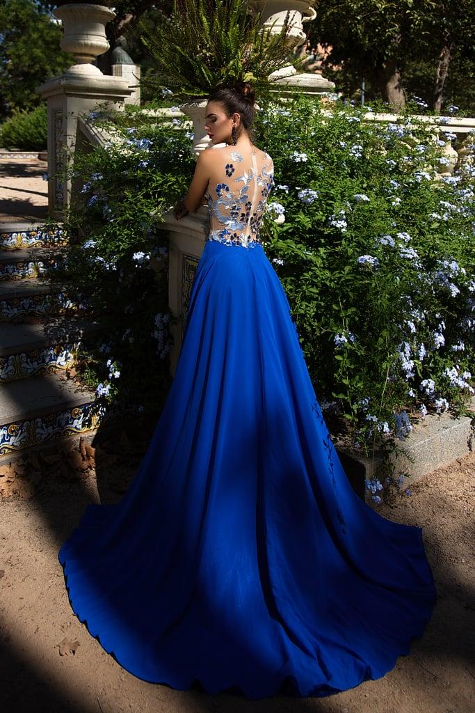 Синее вечернее платье прямого кроя с прямым верхом, покрытым аппликациями в голубых тонах.