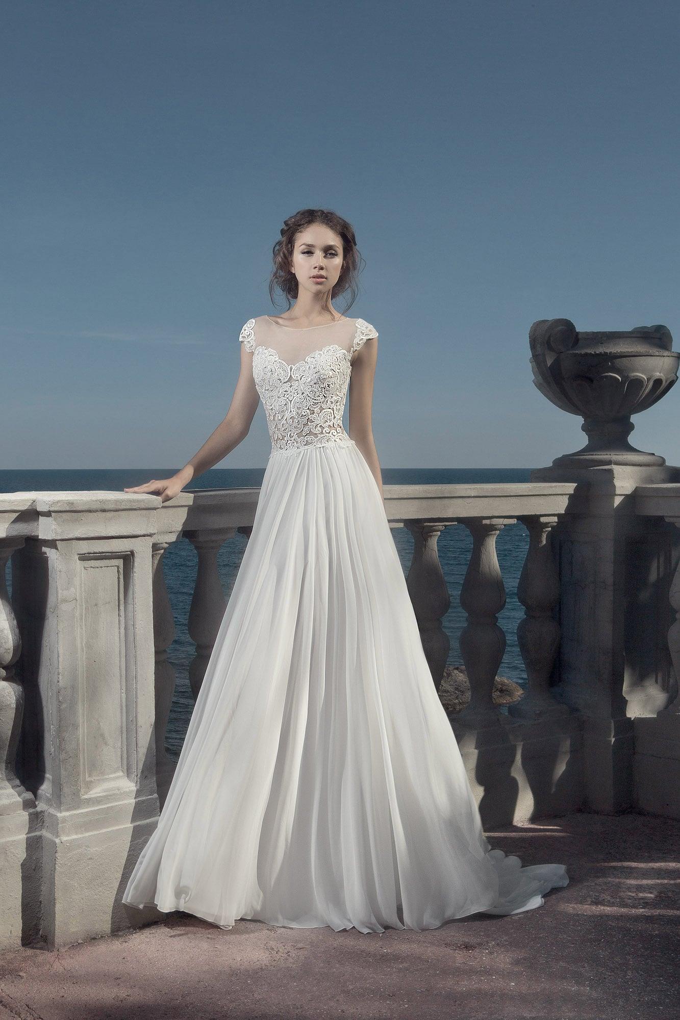 Прямое свадебное платье с нежным кружевным верхом.