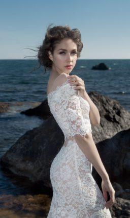 Кружевное свадебное платье облегающего кроя с укороченным топом.