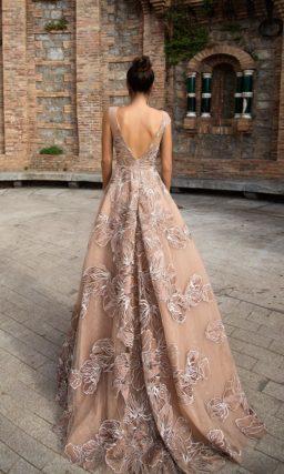Бежевое вечернее платье с закрытым лифом, украшенное эффектным крупным узором.