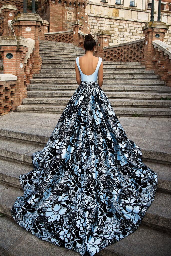 Прямое вечернее платье из роскошного голубого атласа, дополненное сзади шлейфом.