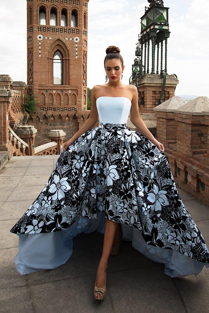 Пышное вечернее платье с голубым корсетом и юбкой, покрытой крупным черным узором.