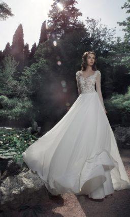 Прямое свадебное платье с длинным рукавом из кружева.
