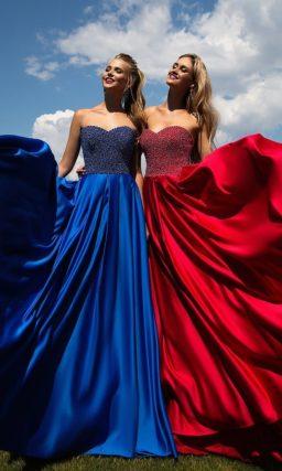 Яркое вечернее платье прямого кроя с открытым корсетом, полностью покрытым декором из бусин.