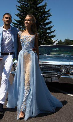 Вечернее платье с эффектной голубой отделкой и стильной бежевой подкладкой.