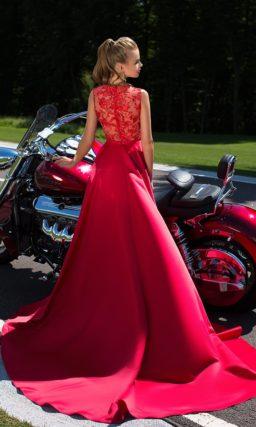 Лаконичное платье красного цвета
