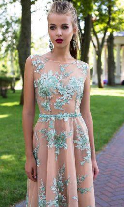 Бежевое вечернее платье с юбкой А-силуэта, покрытое романтичной бирюзовой отделкой.