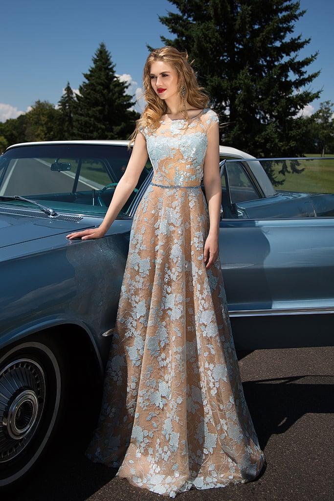 Романтичное вечернее платье бежевого цвета с декором голубым кружевом и юбкой «трапеция».