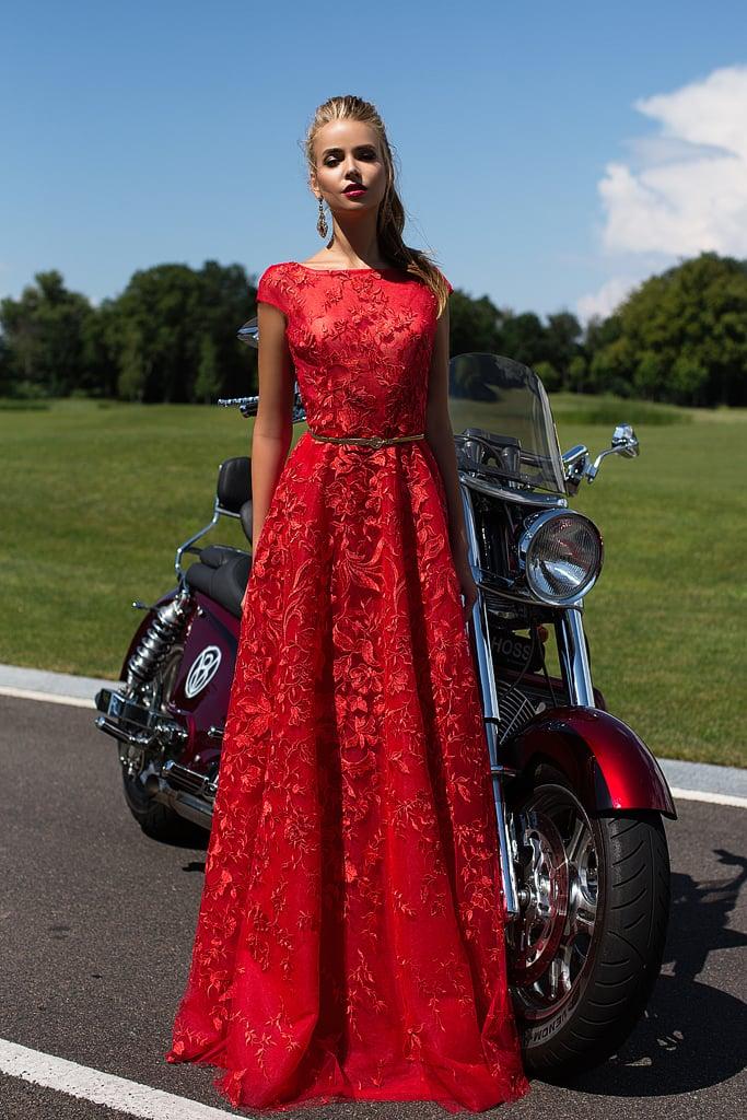 Фактурное вечернее платье алого цвета с закрытым лифом и длинной прямой юбкой.