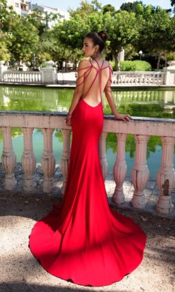 Облегающее вечернее платье красного цвета с необычной отделкой бисером.