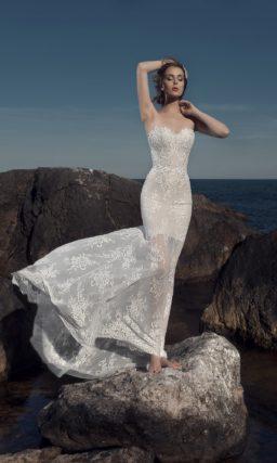 Кружевное свадебное платье с открытым лифом и тонкой юбкой.