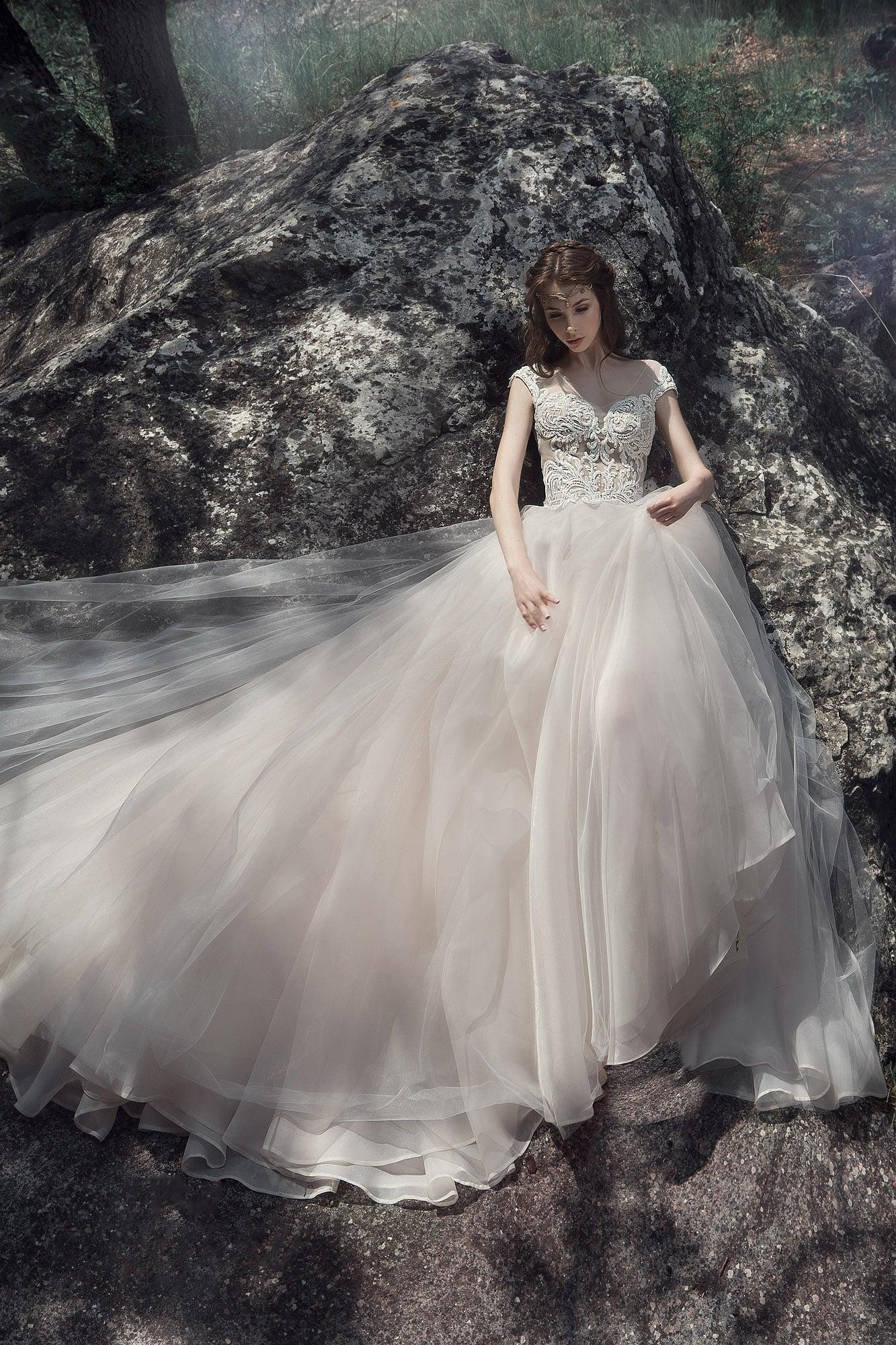 Пышное свадебное платье с полупрозрачным кружевным верхом.