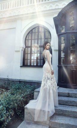 Бежевое свадебное платье с полупрозрачной верхней юбкой.