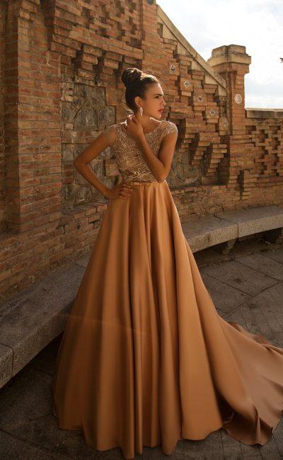 Вечернее платье с юбкой карамельного цвета со шлейфом и верхом, оформленным кружевом.