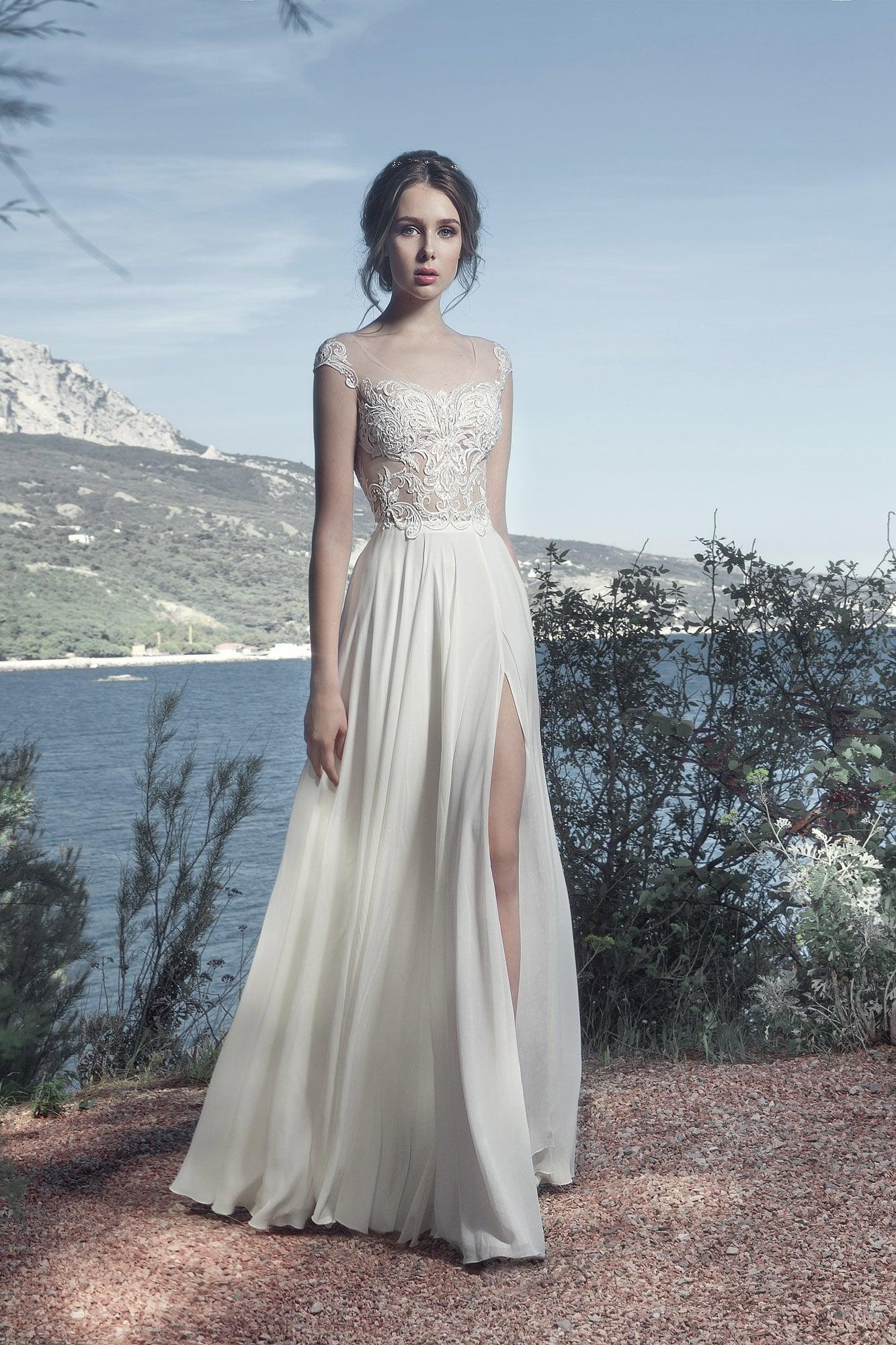 Деликатное свадебное платье прямого кроя с высоким разрезом по подолу.