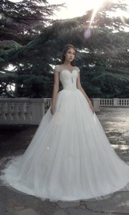 Роскошное свадебное платье с коротким полупрозрачным рукавом.