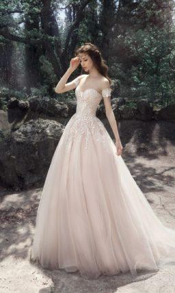 Кремовое свадебное платье пышного кроя с лифом в форме сердца.