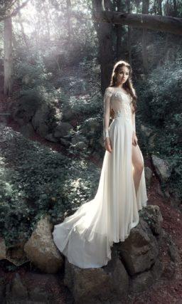 Прямое свадебное платье с фактурным верхом и высоким разрезом на юбке.