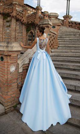 Голубое вечернее платье с эффектным вырезом каре и пышной атласной юбкой.