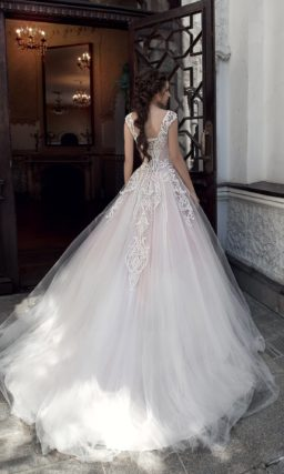 Бежевое свадебное платье пышного кроя с фактурным декором корсета.
