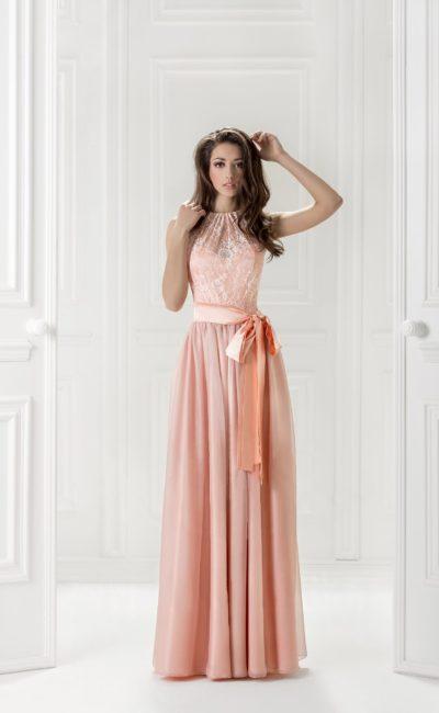 Персиковое вечернее платье с атласным поясом, украшенным сбоку бантом.