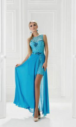 Облегающее вечернее платье, покрытое голубым кружевом, с вышивкой на поясе.