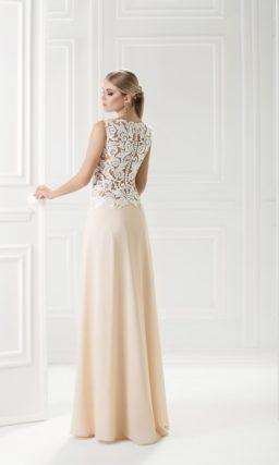 Кремовое вечернее платье с длинной прямой юбкой и полупрозрачным верхом.