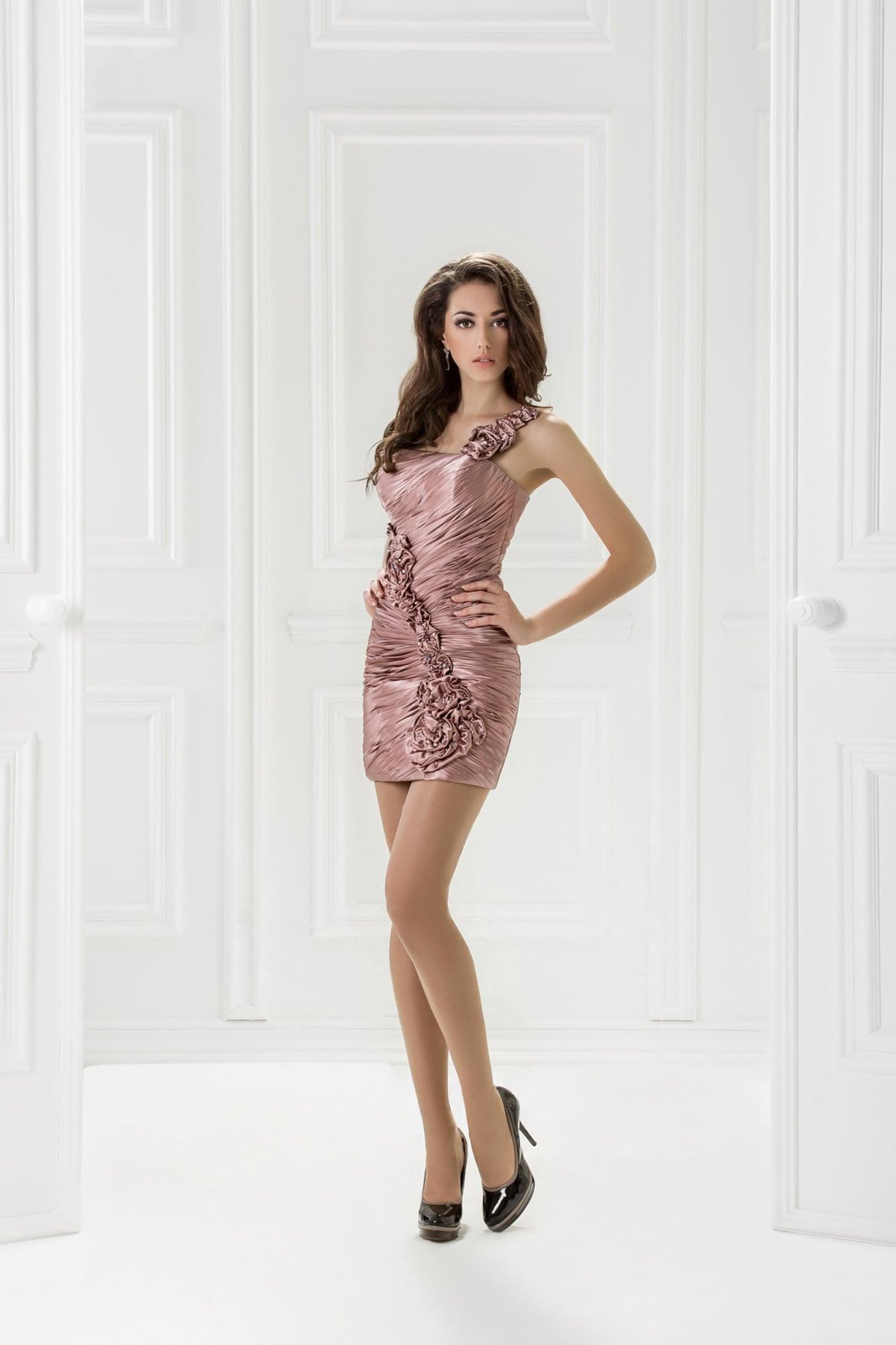 1039eb254a2 Короткое вечернее платье приглушенно-розового цвета с фактурными складками  ткани.