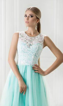 Лазурное вечернее платье прямого кроя с белым закрытым лифом.